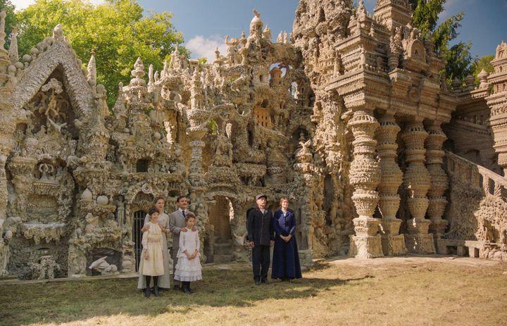 La famille Cheval devant le Palais artisanal de Mr Cheval, dans le film de Nils Tavernier.  (SND)