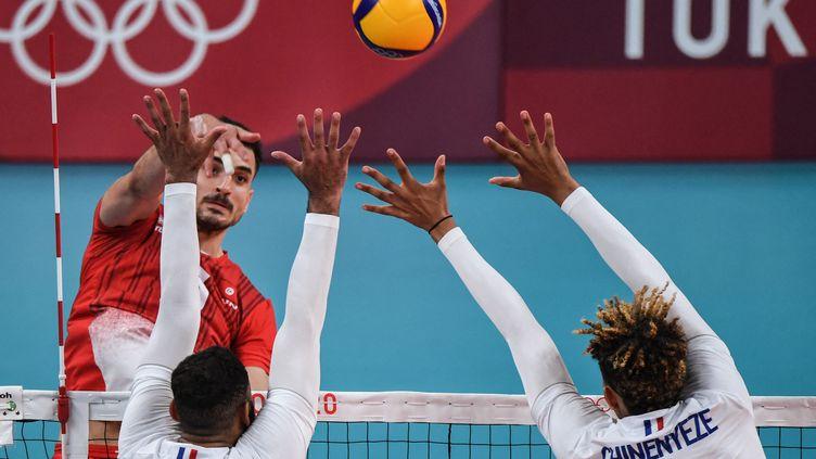 Les Français défendent face à la Tunisie aux Jeux olympiques de Tokyo, le26 juillet (YURI CORTEZ / AFP)