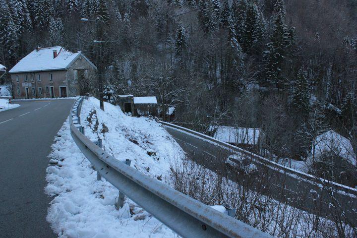 La route départementale allant de Septmoncel à Saint-Claude (Jura) enchaîne onze kilomètres de virage. Ici, le 6 février 2020. (GUILLEMETTE JEANNOT / FRANCEINFO)