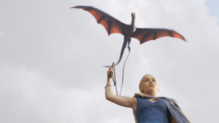 """Khaleesi (Emilia Clarke), l'un des personnages principaux de la série """"Game Of Thrones"""", produite par la chaîne américaineHBO. (KOBAL / THE PICTURE DESK / AFP)"""