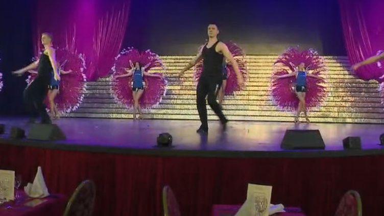Les danseurs du cabaret de l'Ange Bleu en pleine répétition. (FRANCE 2)