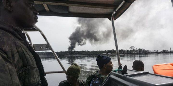 Des membres des frorces de sécurité navales nigérianes patrouillant dans le delta du Niger près de Port Harcourt, le 19 avril 2017, à la recherche des raffineries illégales au coeur de la région pétrolière du pays. (STEFAN HEUNIS/AFP)