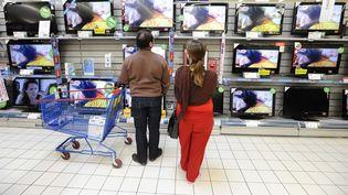 Selon l'Insee, la croissance française va connaître un rebond en 2016, notamment grâce à la consommation des ménages, dopée par l'Euro 2016 de foot et le passage à la télévision en haute-définition. (JS EVRARD / SIPA)