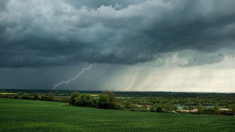 Un orage près de Nevers(Nièvre), en avril 2015 (image d'illustration). (XAVIER DELORME / BIOSPHOTO / AFP)