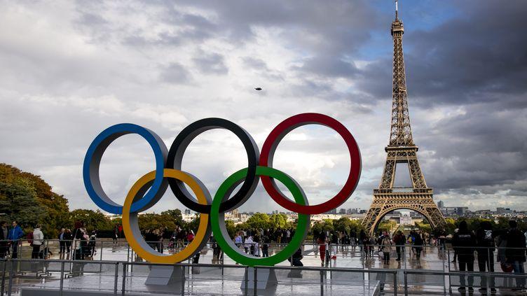 Les anneaux olympiques sur le parvis du Trocadero à Paris, le 14 septembre 2017. (VINCENT ISORE / MAXPPP)