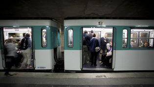 Des voyageurs montent dans une rame du métro parisien. (JOEL ADDAMS / AURORA CREATIVE / GETTY IMAGES)