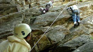 Des jeunes font de l'escalade à Pralognan-la-Vanoise (Savoie). (JEAN-PIERRE CLATOT / AFP)