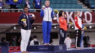 Sarah-Léonie Cysique se hisse sur la deuxième marche du podium, après avoir perdu la finale contre Nora Gjakova. (JACK GUEZ / AFP)