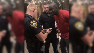 Un homme est brièvement arrêté par deux officiers de police à Rochester, dans le Minnesota (Etats-Unis), en 2019. (NIKEE LADO / YOUTUBE)
