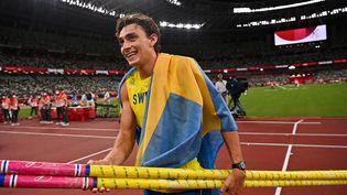 Armand Duplantis après avoir remporté la médaille d'or au concours du saut à la perche, le 3 août à Tokyo (BEN STANSALL / AFP)
