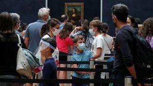 """Desvisiteursportant un masque font la queue pour voir""""La Joconde"""", lors de la réouverture du Louvre, à Paris, le 6 juillet 2020, aprèsquelquequatre mois de fermeture liée au coronavirus. (CHARLES PLATIAU / REUTERS)"""