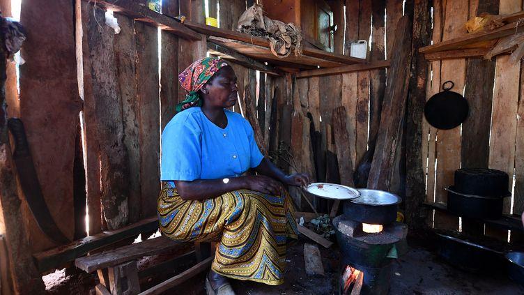 Cuisinière kényane avec un réchaud en terre cuite. Muchagori (région d'Embu), le 15 mars 2019. (FRANCK FIFE / AFP)