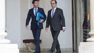 Manuel Valls et Hollande à la sortie du conseil des ministres à l'Elysée, le 2 novembre 2016. (GILLES ROLLE / REA)