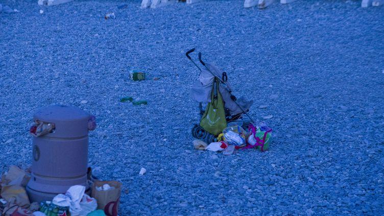 Une poussette est abandonnée sur la plage de Nice (Alpes-Maritimes) au lendemain de l'attentat, le 15 juillet 2016. (ERICK GARIN / CITIZENSIDE / AFP)