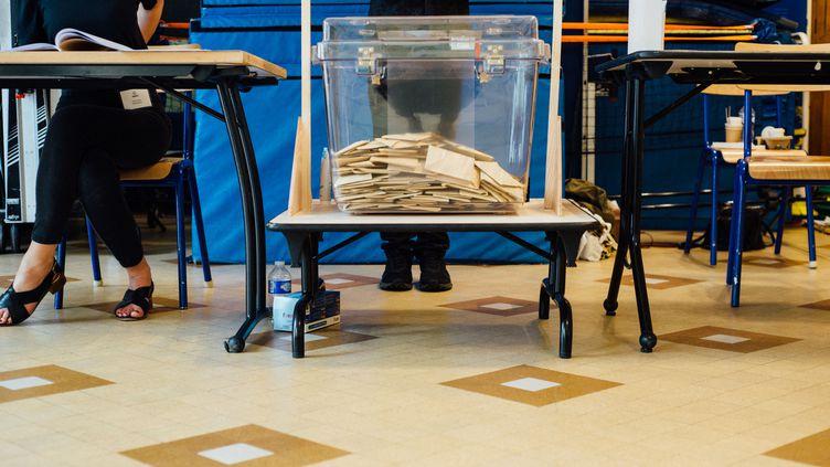 Le premier tour des élections régionales et départementales le 20 juin 2021 à Paris, dans le 11e arrondissement. (DELPHINE LEFEBVRE / HANS LUCAS / AFP)