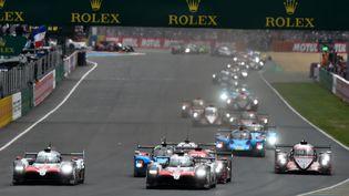 Des voitures sur la piste des 24 heures du Mans (JEAN-FRANCOIS MONIER / AFP)