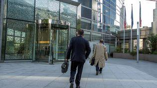 Des cadres arrivent dans leur entreprise à Paris La Défense. (BRUNO LEVESQUE / MAXPPP)