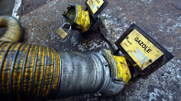 Tuyau d'alimentation d'une cuve de gazole dans une station d'essence (photo d'illustration) (MYCHELE DANIAU / AFP)