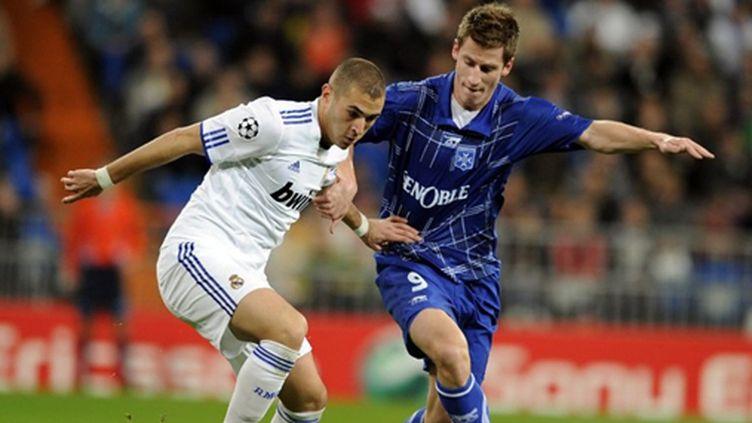 Karim Benzema (Real Madrid) à la lutte avec Valter Birsa (Auxerre)