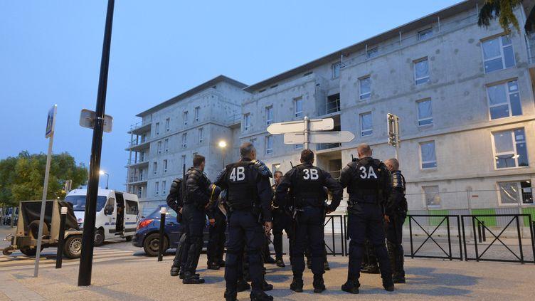 Des policiers anti-émeute surveillent les rues de Trappes (Yvelines), le 21 juillet 2013, après plusieurs nuits de violences. (MIGUEL MEDINA / AFP)