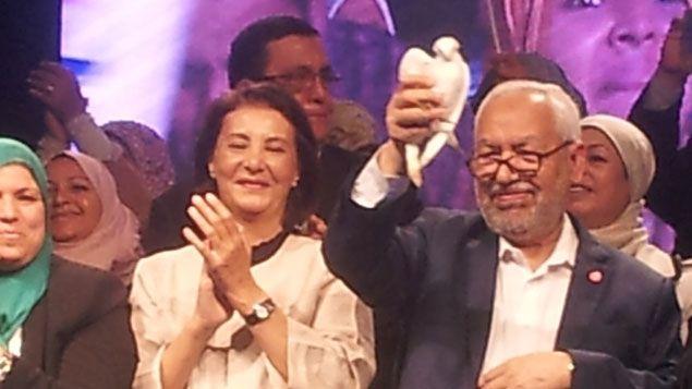 (Rached Ghannouchi, le leader d'Ennahda, sur la scène devant les militants © RADIO FRANCE/Yves Izard)
