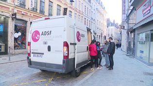 La camionette va à la rencontre des femmes vulnérables et en situation précaire. (FRANCE 3)