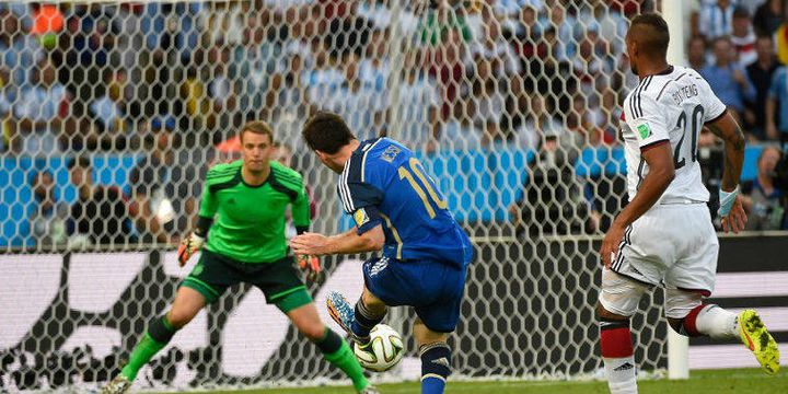 Lionel Messi perd son face à face avec Manuel Neuer