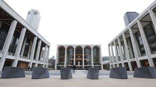 Le Metropolitan Opera au fond d'une place vide traditionnellement dédiée à l'art, dans le bastion culturel Lincoln Center, et déserte le 12 mars 2020 à New York, quand la pandémie a frappé la planète. (KATHY WILLENS/AP/SIPA / SIPA)
