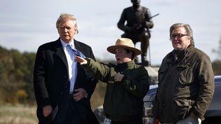 Le président élu Donald Trump et son conseiller, Steve Bannon (à droite), le 22 octobre 2016 à Gettysburg (Etats-Unis). (EVAN VUCCI / AP / SIPA)