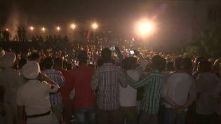 Des personnes sont massées sur les lieux de l'accident qui a causé la mort d'environ 60 personnes, le 19 octobre 2018 à Amritsar (Inde). (REUTERS TV / REUTERS)