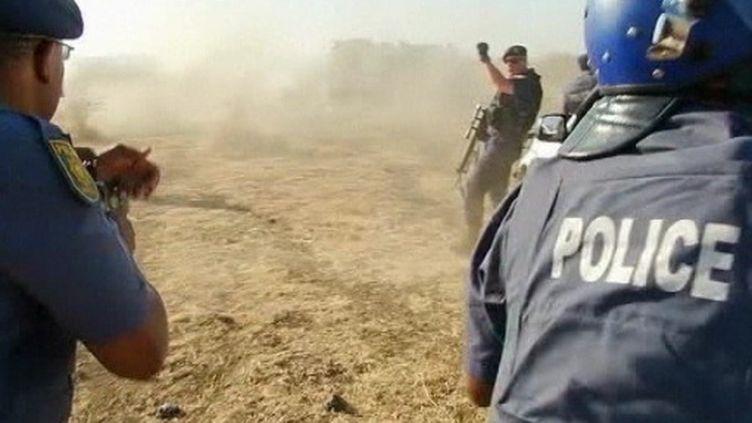 La police tire sur les manifestants devant la mine de Marikana en Afrique du Sud (FTV)