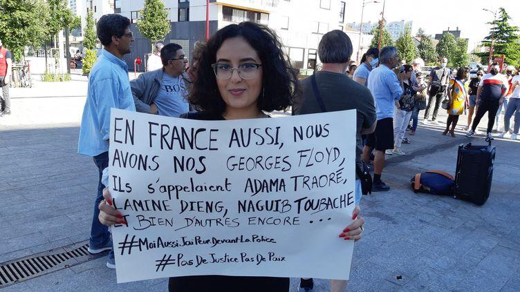 Une manifestation s'est tenu lundi 1er juin, à Bondy, pour dénoncer l'arrestation de Gabriel, un adolescent de 14 ans gravement blessé lors de son interpellation. (HAJERA MOHAMMAD / FRANCE-BLEU PARIS)