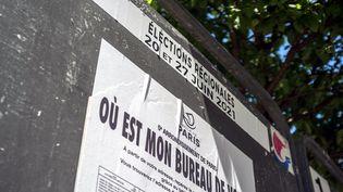 Panneau électoral à Paris (France) le 1er juin 2021 (BRUNO LEVESQUE / MAXPPP)