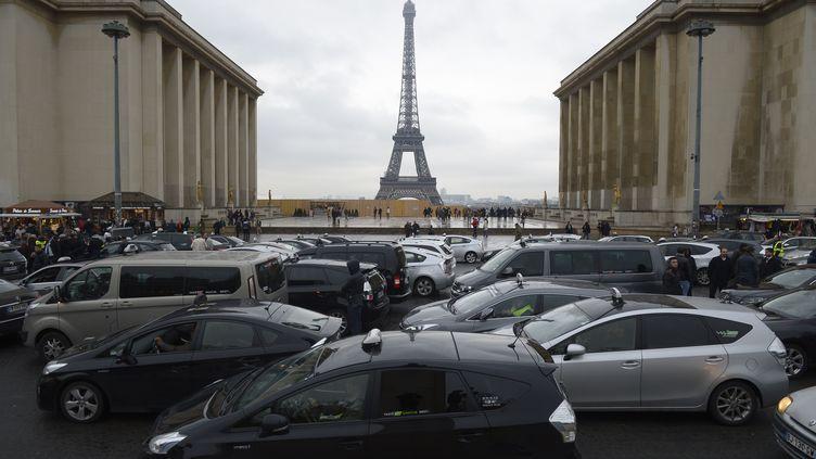 Des chauffeurs de taxis participent à une opération escargot, le 15 décembre 2014, à Paris, contre le service UberPop. (LIONEL BONAVENTURE / AFP)
