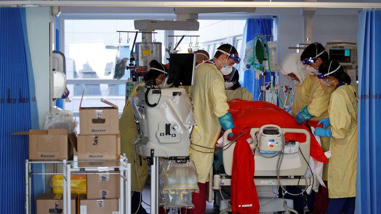 Des soignants prennent en charge un malade du Covid-19, le 23 mars 2021, à l'hôpital dePortsmouth, au Royaume-Uni. (ADRIAN DENNIS / AFP)