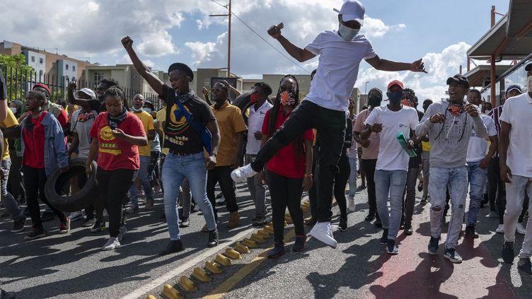 Manifestation des étudiants contre les frais de scolarité universitaires, le 15 mars, à Johannesburg. (IHSAAN HAFFEJEE / ANADOLU AGENCY)
