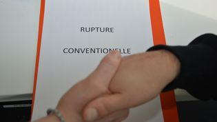 Une poignée de mains pour conclure une rupture conventionnelle. Photo d'illustration. (JEAN-CHRISTOPHE BOURDILLAT / RADIO FRANCE)