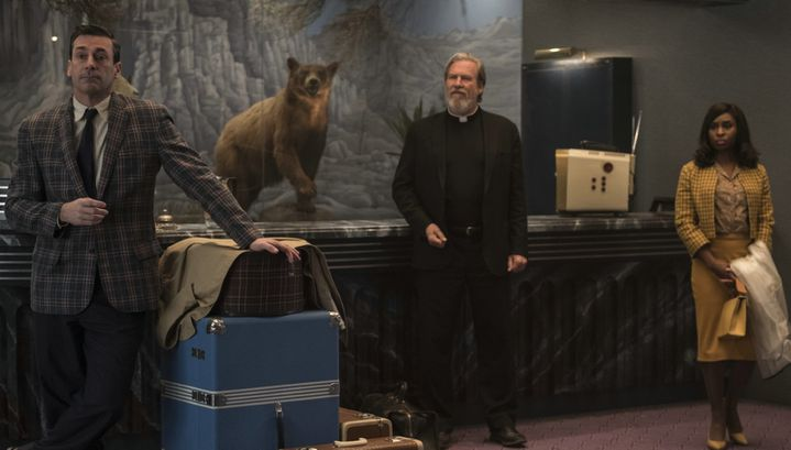 """John Hamm, Jeff Bridges et Cynthia Erivo se retrouvent dans le lobby du El Royale dans """"Sale temps à l'hôtel El Royale"""".  (Twentieth Century Fox)"""