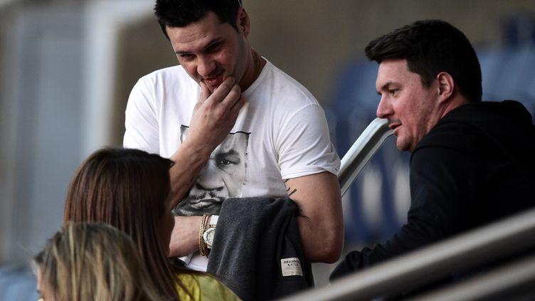 Les frères du footballeur argentin Lionel Messi, Rodrigo (à gauche) et Matias (à droite), le 14 avril 2015 au Parc des Princes à Paris. (FRANCK FIFE / AFP)