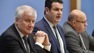 Le ministre de l'Intérieur allemandHorst Seehofer, celui du Travail, Hubertus Heil et de l'ÉconomiePeter Altmaier, le 19 décembre 2018. (JOHN MACDOUGALL / AFP)
