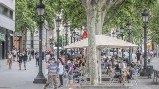 Les célèbres Ramblas de Barcelone, bien désertées à cause de la crise sanitaire reprennent lentement vie. (FRED DUGIT / MAXPPP)