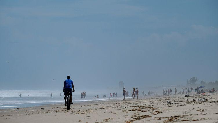 Des personnes sur une plage de Melbourne (Floride), avant le passage de l'ouragan Dorian. (RICARDO ARDUENGO / AFP)