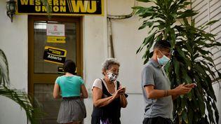 """Des Cubains sont venus récupérer leur dernière """"remesa"""" envoyée par leurs parents à l'étranger avant la fermeture définitive des bureaux de la Western Union, le 29 octobre 2020. (YAMIL LAGE / AFP)"""