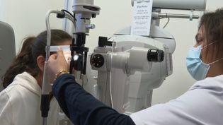 Un nouveau traitementa été créé pour freiner l'évolution de la myopie chez les enfants. (France 2)