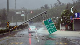 Une route détruite par le super-typhon Meranti entre Pingtung et Kenting àTaiwan (Chine), le 14 septembre 2016. (CHINE NOUVELLE / XINHUA / SIPA)