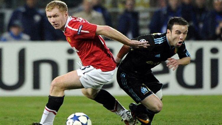 Paul Scholes (Manchester United) et Mathieu Valbuena (Marseille) dos à dos lors d'un match de Coupe d'Europe