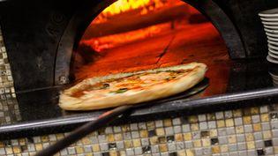 Une pizza de la pizzeria O'Barone de Naples (Italie), le 6 décembre 2017. (PAOLO MANZO / NURPHOTO)
