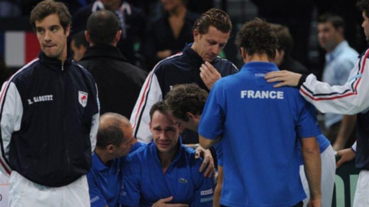 Mchaël Llodra consolé par ses partenaires de l'équipe de France