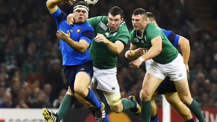 Guilhem Guirado tente d'échapper à Peter O'Mahony lors du match France-Irlande de la Coupe du monde, le 11 octobre 2015, à Cardiff (Royaume-Uni). (LOIC VENANCE / AFP)