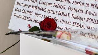Des roses posées contre la plaque commémorative de l'attentat qui a frappé le Bataclan le 13 novembre 2015, le 13 novembre 2018 à Paris. La mémoire de toutes les victimes des attentats depuis 1974 sera honorée dans le futur musée. (CHEN YICHEN / XINHUA / MaxPPP)